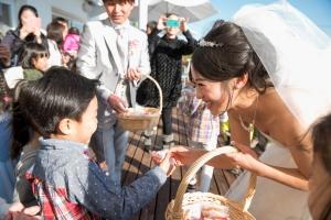 「先生おめでと〜!」かわいい生徒と一緒に結婚式